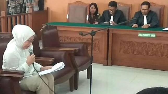 Ratna Sarumpaet saat membacakan nota pembelaan di Pengadilan Negerai Jakarta Selatan, Selasa 18 Juni 2019.