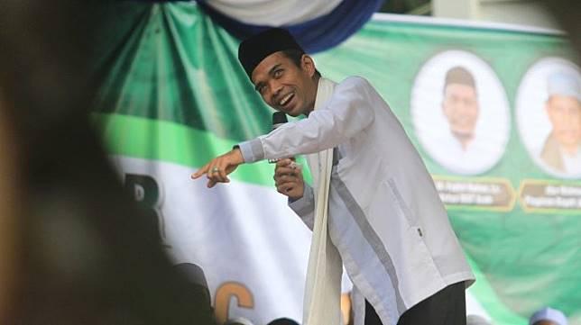 Ustaz Abdul Somad (UAS) memberikan tausyiah di Pondok Pesantren Serambi Aceh Desa Meunasah Rayeuk, Kaway XVI, Aceh Barat, Aceh, Jumat (8/3/2019). [Antara/Syifa Yulinnas]