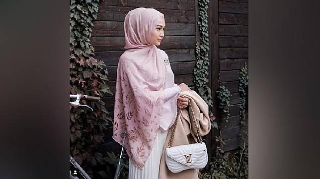 Indah Nada Puspita menggunakan hijab pashmina yang kembali hits. (Instagram/@indahnadapuspita)