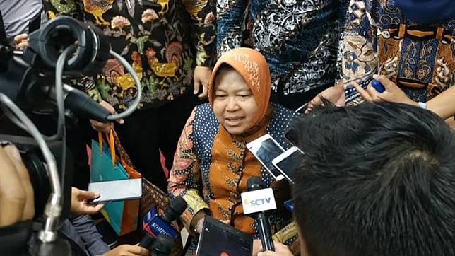Wali Kota Surabaya Tri Rismaharini melakukan sesi wawancara di atas kursi rodanya. Ia baru saja menerima 3 penghargaan lingkungan hidup dari Kementerian Lingkungan Hidup dan Kehutanan di Gedung Manggala Wanabakti, Jakarta, 14 Januari 2019. Tempo / Friski Riana