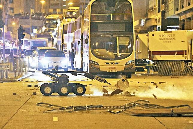 10月20日:警方前日在太子引爆懷疑爆炸品。