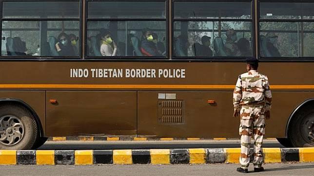 Warga negara India yang dievakuasi dari Wuhan akibat wabah virus corona berada di dalam bus saat tiba Bandara Internasional Indira Gandhi di New Delhi, India, 2 Februari 2020. REUTERS/Anushree Fadnavis