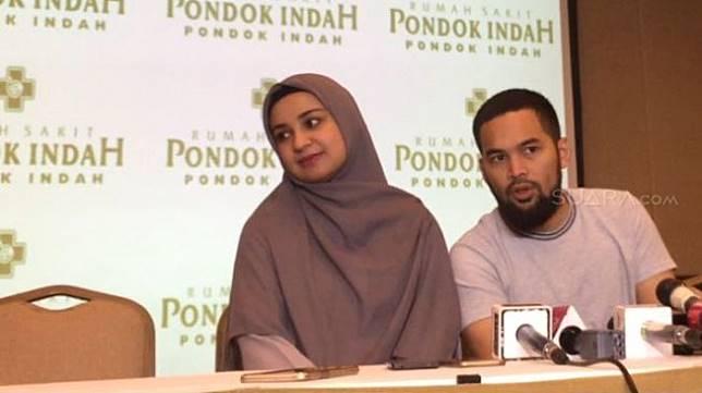Shireen Sungkar dan Teuku Wisnu saat menggelar konfrensi pers kelahiran anak ketiga. (Sumarni/Suara.com)