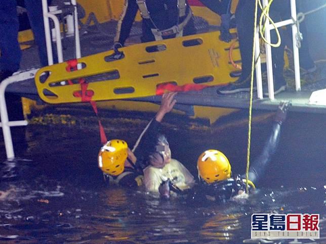 救援人員尋獲屍體。