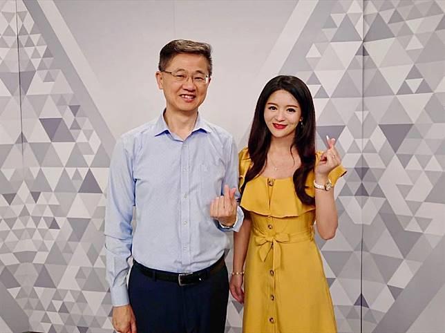 台灣運彩總經理林博泰(左)與主持人尉遲佩玉(右)
