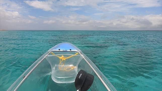沖繩北部景點推薦-水納島透明獨木舟體驗。圖/Tripbaa趣吧!亞洲自由行專家