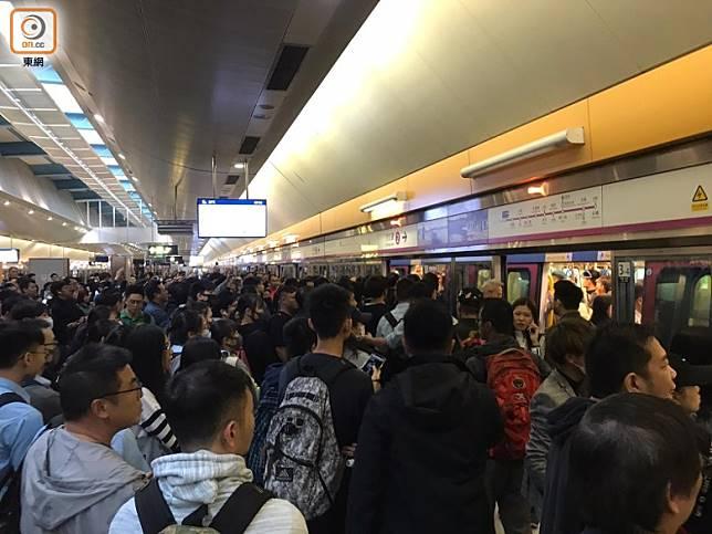 大批乘客在天水圍站月台等候。(何瑞芬攝)