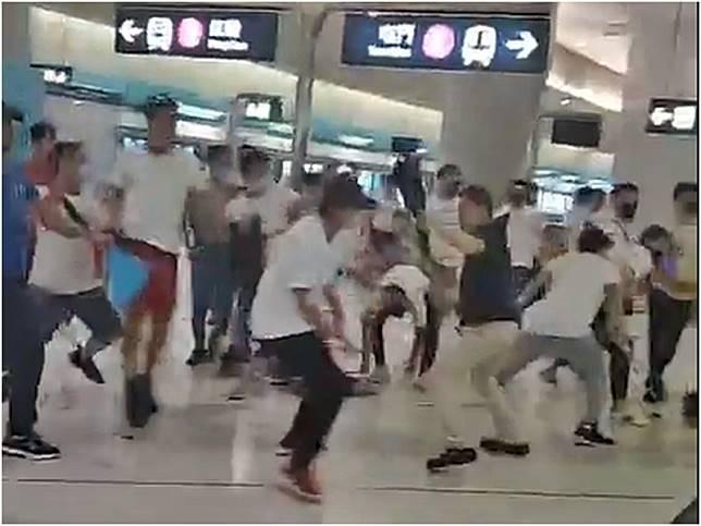 「白衣人」衝入地鐵站打人。