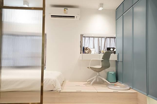 睡房設有大地台,一來增加儲物空間,二來可作為座位供到訪者使用。(受訪者提供)