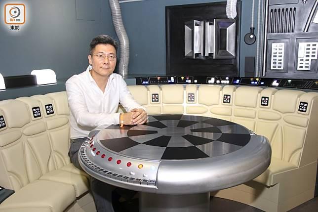 STK工作室董事長Lawrence表示製作最大難度是在狹小空間內為光纖走線,幸好效果叫人滿意。(張錦昌攝)