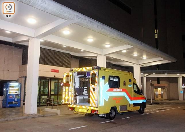 救護車於大埔警署接載一名青年到那打素醫院。(楊日權攝)