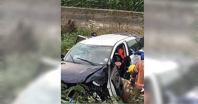 快訊/台中警車國道自撞護欄翻覆 車內3人全數送醫急救中