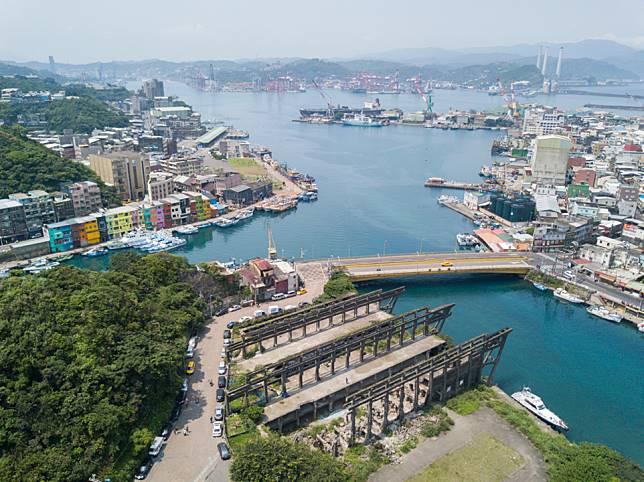 正濱漁港彩虹屋跟阿根納造船廠遺址,只相距兩分鐘步程。
