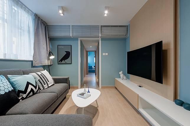 單位呈呂字廳間隔,設計師特意把冷氣機置放在近電視機位置,並收藏於白色的直紋鐵架內,讓冷氣能均勻地吹遍客廳和飯廳的同時,感覺亦整齊統一。 (受訪者提供)