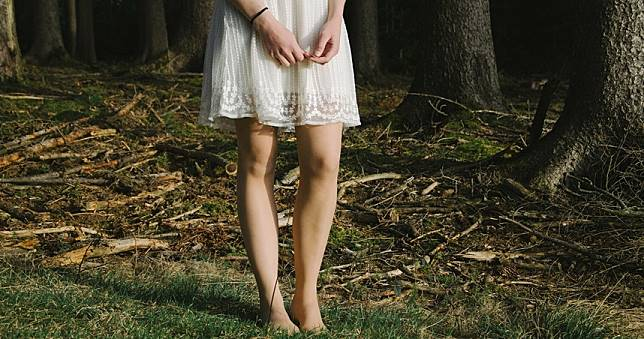 扯!被懷疑藏毒品 警察強扳她雙腿抽出「滿血棉條」