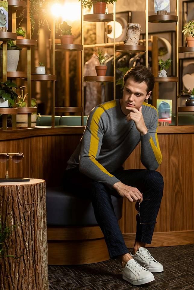 男裝方面,設計師以創新手法演繹條紋,同時以時尚螢光色細節重新演繹經典毛衣。(互聯網)