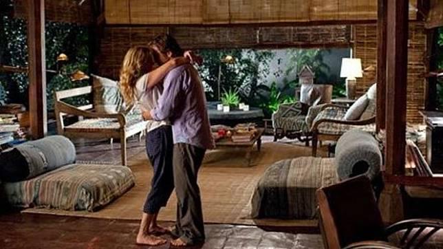 Ilustrasi adegan ciuman di rumah kayu di film Eat Pray Love