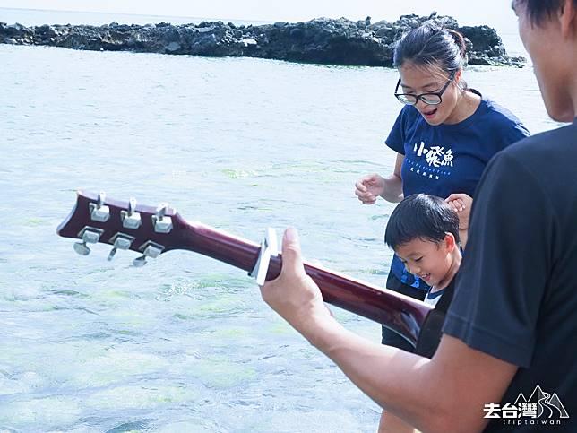 欣怡平日其中一個親子活動,丈夫拿著吉他帶著兒子到海邊一邊玩水一邊撿漂流木。