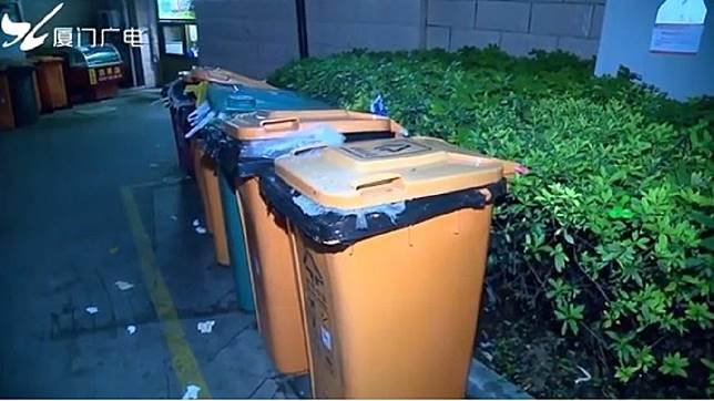 女清潔隊員葉秀華在垃圾桶內,發現活生生的男嬰。圖/翻攝自廈門廣電