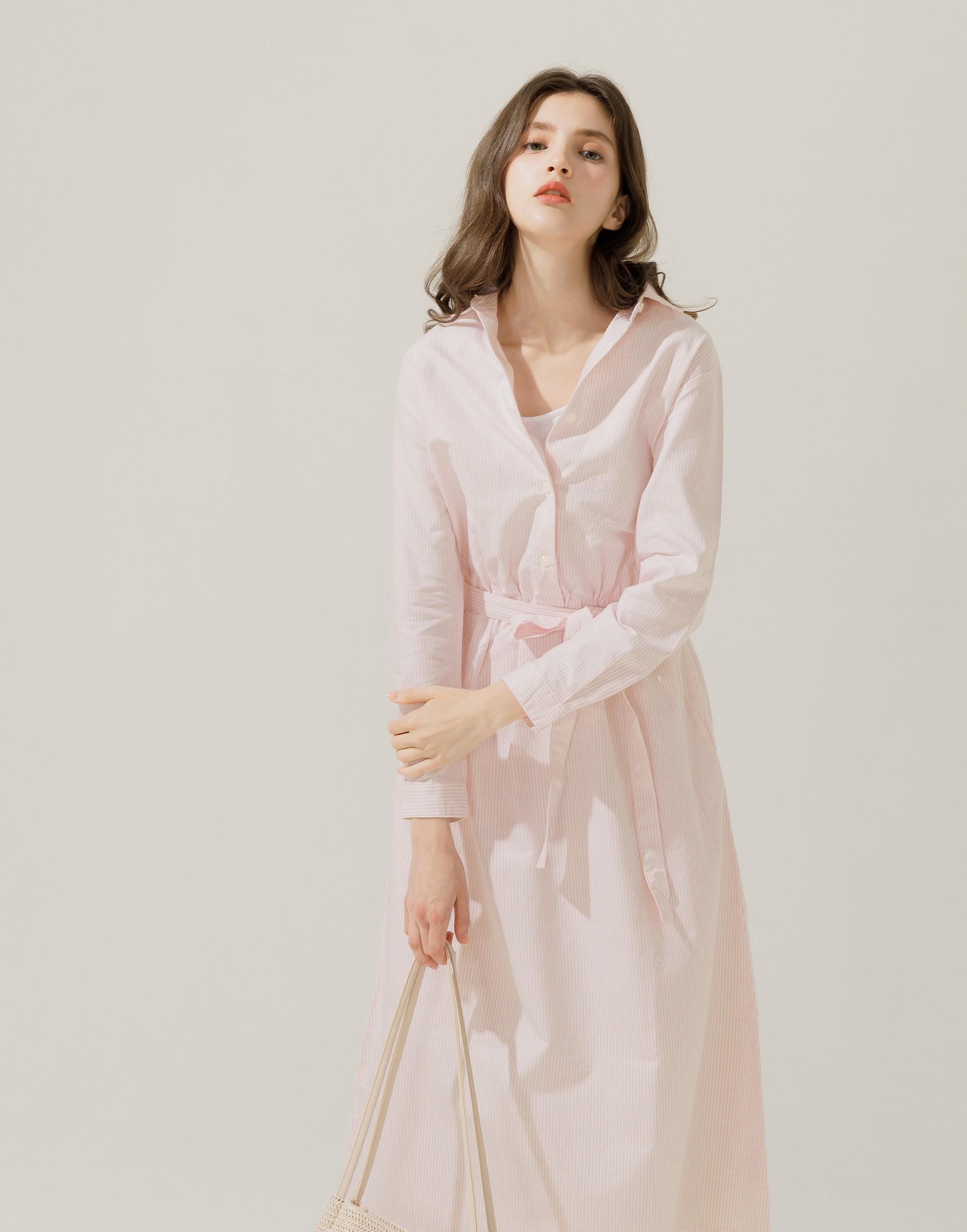彈性:適中 柔軟舒適、長版襯衫式洋裝、附可拆式綁帶、腰間鬆緊綁帶、兩側附有口袋
