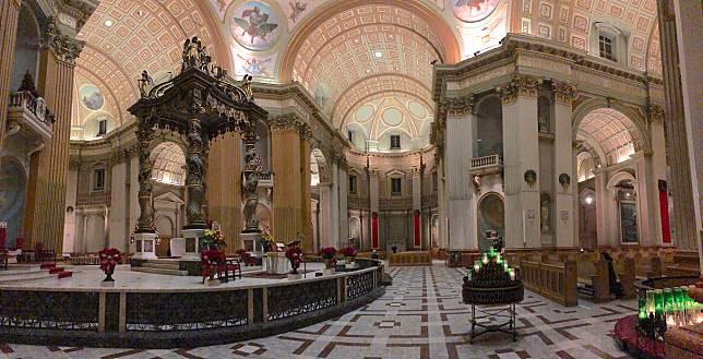 世界之后瑪利亞教堂雖然較細,但入面一絲不苟的裝潢都仍然夠人看個半天。