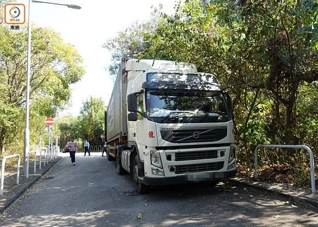 涉事貨櫃車停在路邊。(葉子健攝)