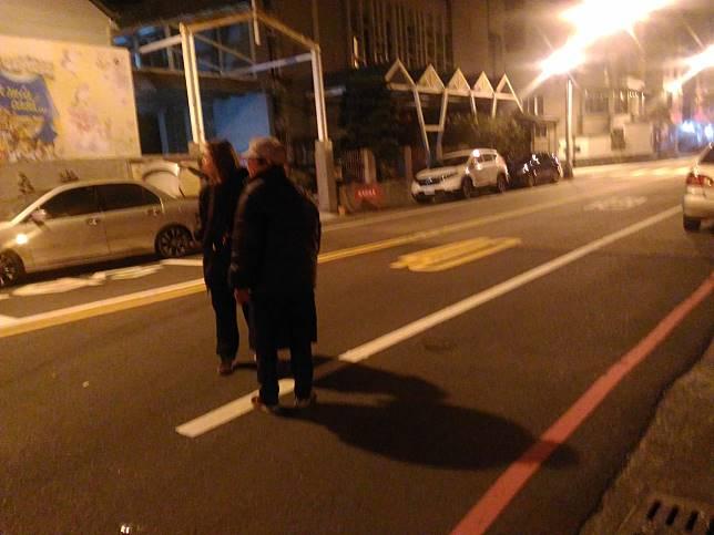 車禍發生後,涉嫌肇事廂型車葉姓女駕駛(右)留在現場接受警方調查。記者黃宣翰/攝影