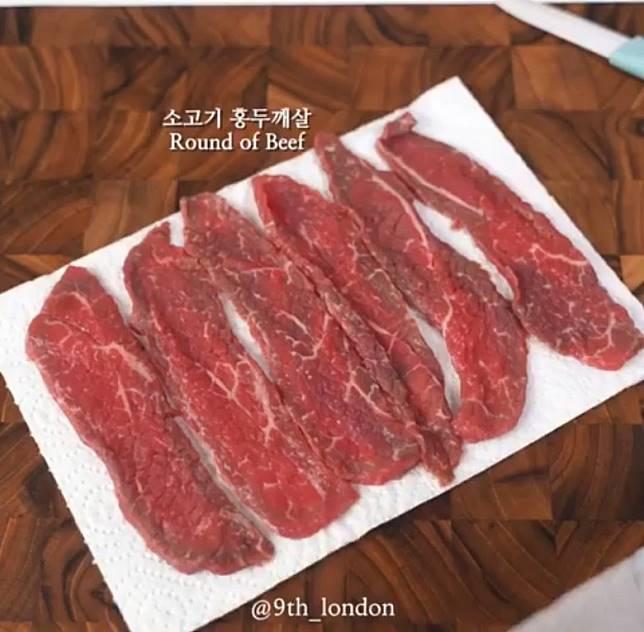 牛肉片用廚房紙吸乾水分。(互聯網)