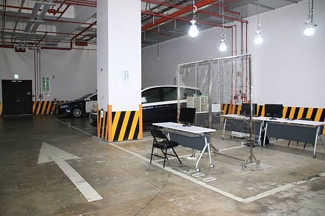 「防疫期間簡易偵查庭」設在桃園地檢地下1樓,一旁就是法警解送通道,有病症疑慮被告直接在外訊問,避免進入地檢署。記者曾健祐/攝影