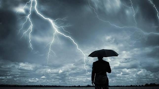 7 Tips Menghindari Petir Saat Musim Hujan Versi BMKG