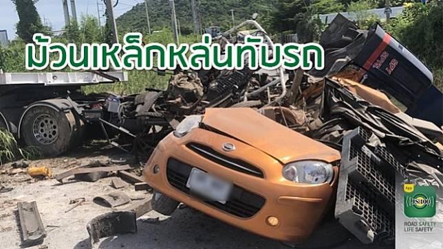 รถบรรทุกพ่วงเสียหลัก ทำม้วนเหล็กหล่นทับเก๋ง 'นิสสัน มาร์ช' เสียชีวิต 2 คน ถนนเลียบมอเตอร์เวย์ชลบุรี