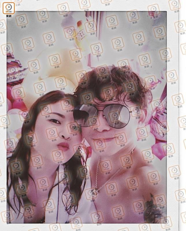 Candy穿上浴袍嘟嘴,與赤膊Terry在酒店頭貼頭合照。