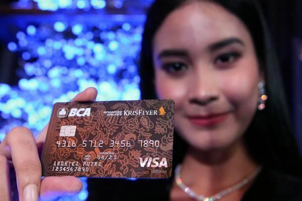 Model memperlihatkan Kartu Kredit BCA Singapore Airlines KrisFlyer Visa Infinite saat peluncurannya, di Jakarta, Senin (3/12/2018)./JIBI-Dedi Gunawan