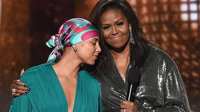 Michelle Obama memeluk penyanyi Alicia Keys di atas panggung Grammy Awards ke-61 di Los Angeles, California, AS, 10 Februari 2019. Michelle pun tak tampil sendiri, ia didampingi Lady Gaga, Jennifer Lopez, Jada Pinkett Smith, dan Alicia Keys. dailymail.co.uk