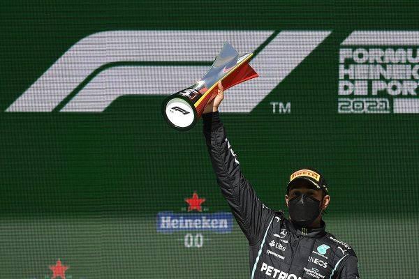 Pembalap Mercedes, Lewis Hamilton menjuarai balap Formula 1 GP Portugal, Minggu (2/5).