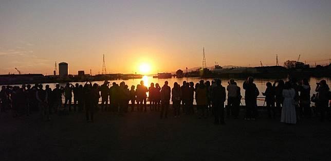 由港灣閘門中直穿過的景色,吸引不少攝影師前往拍攝,所以記得早點到啊!(互聯網)