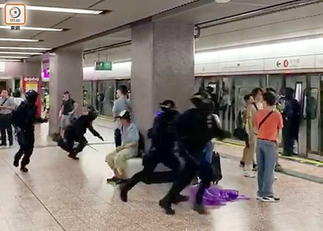8月31日晚警方在港鐵太子站追捕示威者。