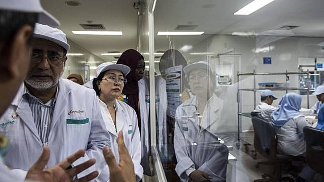 Delegasi Negara Organisasi Kerja sama Islam (OKI) meninjau fasilitas pengemasan vaksin saat kunjungan di Laboratorium Bio Farma, Bandung, Jawa Barat, Jumat 23 November 2018. Dalam kunjungan tersebut Delegasi OKI meninjau produksi, fasilitas pengemasan vaksin dan proses fungsi pengawasan yang sudah memenuhi standar WHO. ANTARA FOTO/M Agung Rajasa