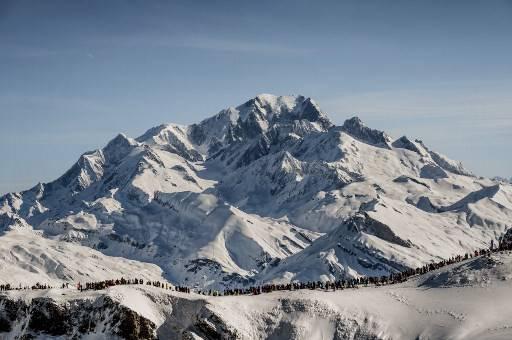 นักปีนเขาชาวสวิสสองคนขับเครื่องบินเล็กลงจอดห่างจากยอดมองท์บลังค์ ไม่ถึง 400 เมตร JEFF PACHOUD / AFP