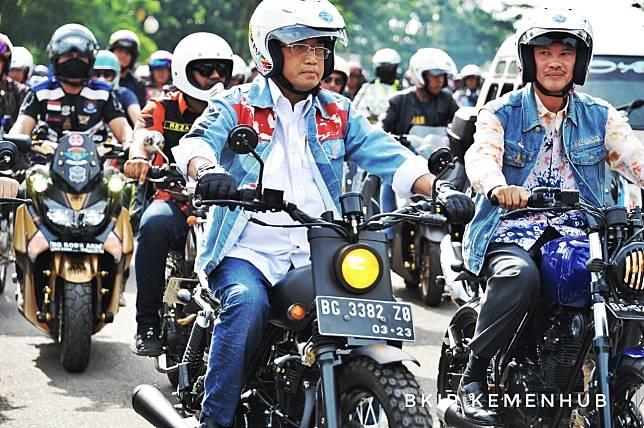 Menteri Perhubungan RI Budi Karya Sumadi saat riding bersama komunitas di Palembang