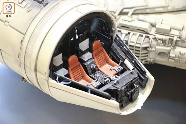 駕駛艙可以打開,控制台及椅子一絲不苟。(張錦昌攝)
