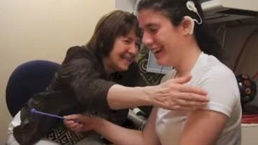 失聰女孩裝上助聽器 首次聽到聲音讓她感動到落淚!