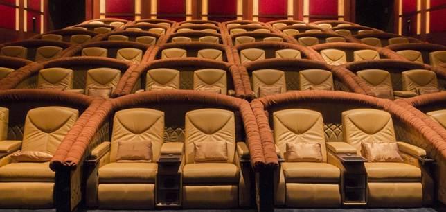觀眾可坐上絲絨沙發椅,享受在飛機頭等艙看電影的感覺。(網上圖片)
