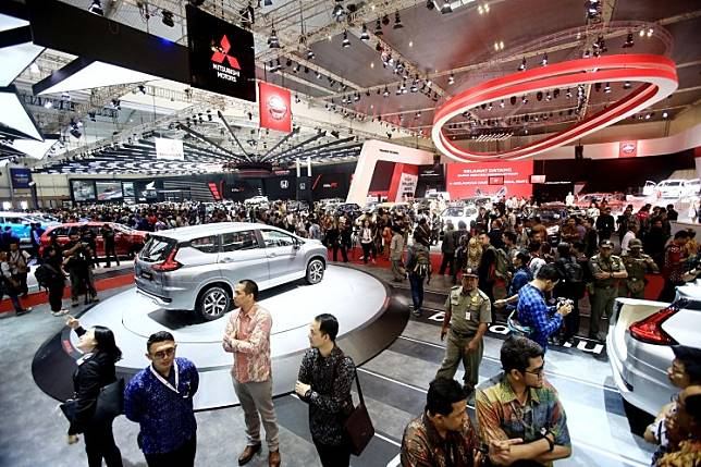Visitors look around the Gaikindo Indonesia International Auto Show (GIIAS) 2016 at the Indonesia Convention Exhibition (ICE) at BSD City, Tangerang, Banten.