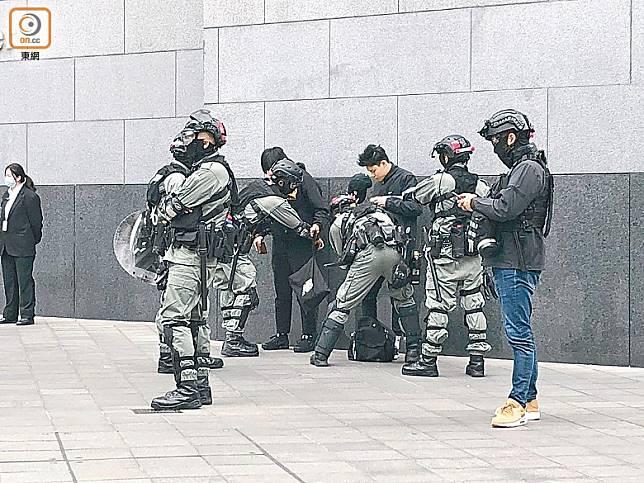 中環:警員截查市民搜查隨身物品。(陳亦瀅攝)