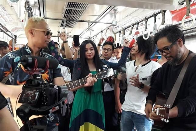 Band Cokelat tampil di salah satu gerbong KRL tujuan Bogor - Jakarta Kota, Kamis (15/8/2019). Cokelat turut memeriahkan peringatan milad ke-27 Dompet Dhuafa.
