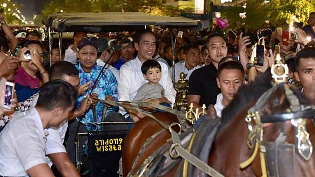 President Joko Widodo (Jokowi) riding on an andong with his grandchild, Jan Ethes, on the second day of Eid al-Fitr celebration in Malioboro, Yogyakarta, June 6, 2019. Photo: State Press