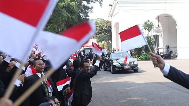 Kibarkan Bendera Merah Putih, Pegawai Istana Lepas Rombongan Jokowi ke Gedung Parlemen