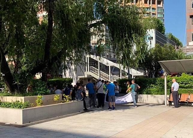 何文田港鐵站外有市民聚集準備清走便利貼。(互聯網)