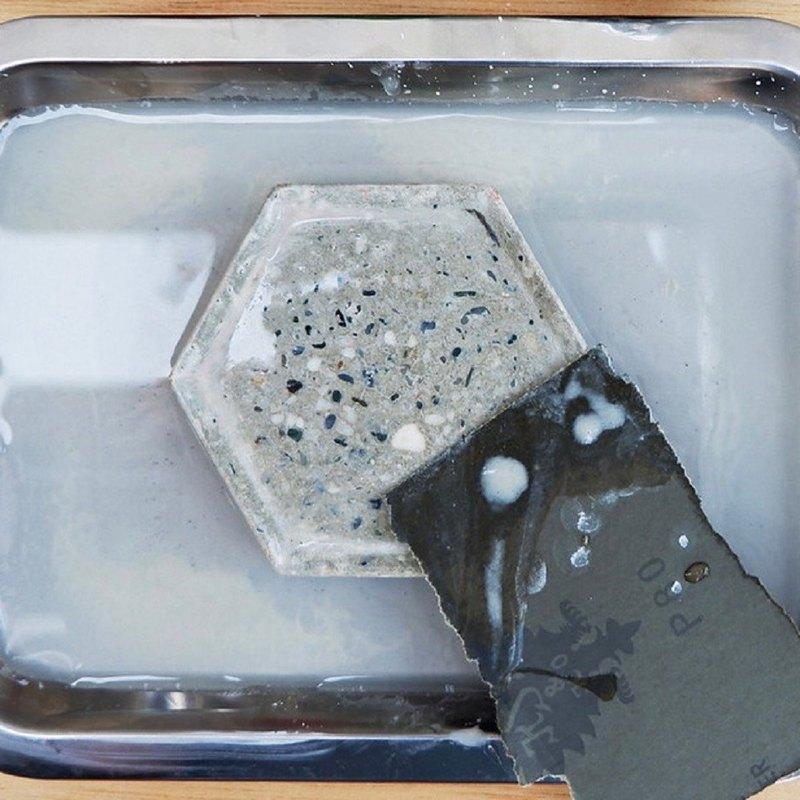 製作一款磨石子,不僅僅是將泥漿灌製、脫模養護如此簡單,過程須不斷反覆的研磨佐以水流的掏洗,才能讓表面產生萬花筒般的紋理,製作出手感圓滑冰涼的磨石子器皿。